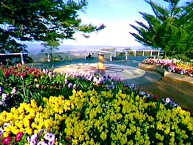 Image credit: http://www.holidayz.com.au/gardens-activities/toowoomba/e37645/picnic-point-lookout-and-parkland