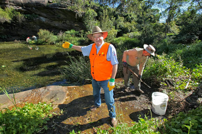Clean Up Australia founder, Ian Kiernan, visits Mermaid Pool. Image Credit : http://thegreenmanly.blogspot.com.au